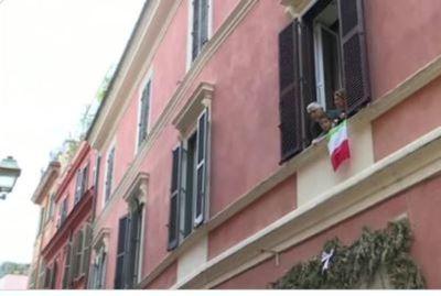 Italia aplaude desde sus balcones a los médicos que combaten el coronavirus