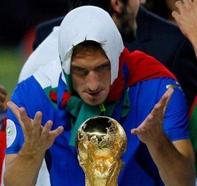 HOY / Los campeones del mundo de 2006 consuelan a la Italia aislada