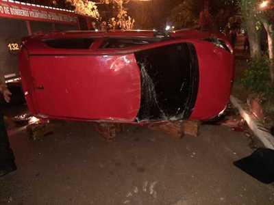 Vehículo en ALTA VELOCIDA volcó en CDE