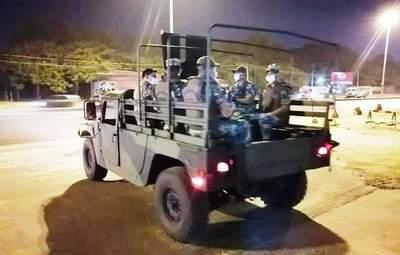 """Militares apoyan labor policial por """"toque de queda"""" •"""