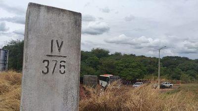 Con un transporte escolar, Salto del Guairá bloquea la entrada y salida al Brasil
