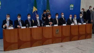 Bolsonaro aparece con tapabocas y habla de
