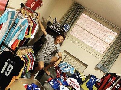 De Ronaldinho a Riquelme: La colección de camisetas de Dybala