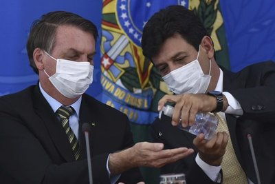 Jair Bolsonaro, antes escéptico, ahora dice ser 'líder antivirus'