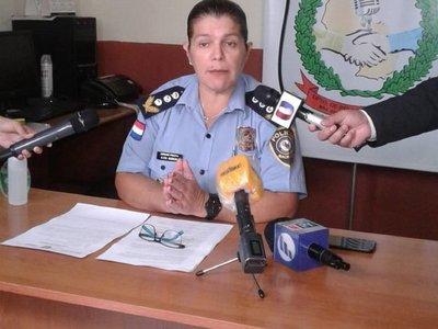 Oficial de Policía inspeccionaba su cartera, dice jefa de Relaciones Públicas