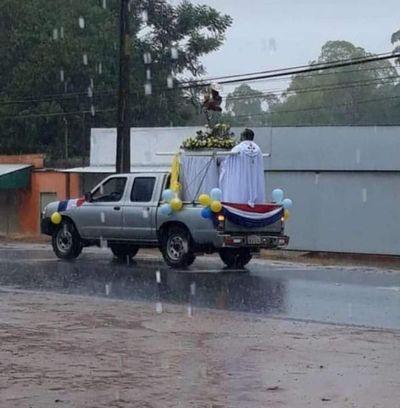 San José bendijo a limpeños en su día bajo intensa lluvia y cuarentena
