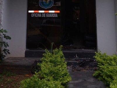 Aquiles Báez golpeó a un joven y reventó puerta de dependencia policial