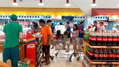 Ruegan que solo una persona por familia haga las compras en el supermercado