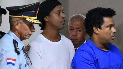 """Un amigo de Ronaldinho contó cómo vive en prisión: """"Le llevan ropa todos los días y siempre están pendientes de él"""""""
