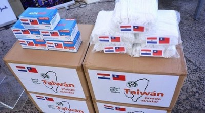 Taiwán dona tapabocas y gorros para médicos paraguayos