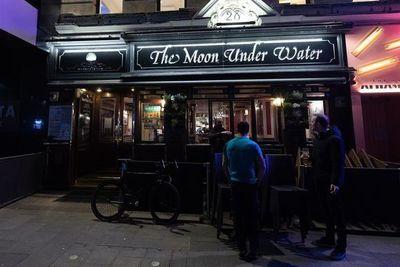 El Reino Unido cierra los pubs y toma medidas para frenar despidos