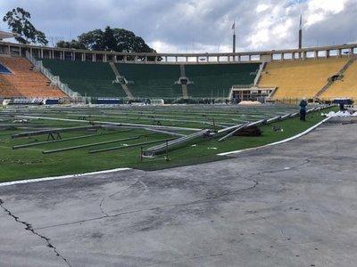 Comienzan a levantar hospital de campaña en el estadio Pacaembú de Sao Paulo