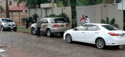 Jueza libera a 5 policías reconocidos como supuestos autores de robo de 100.000 dólares
