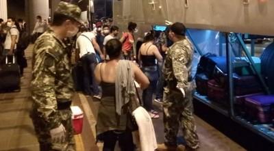 Paraguayos llegan al país desde Sâo Paulo y se aglomeran a la espera del traslado