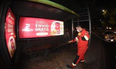 Limpian y desinfectan paradas de buses de varias zonas de Asunción