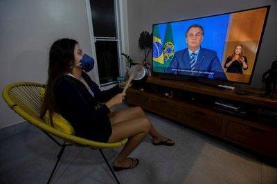 """Bolsonaro califica a la Covid-19 de """"gripecita"""" y critica el confinamiento"""