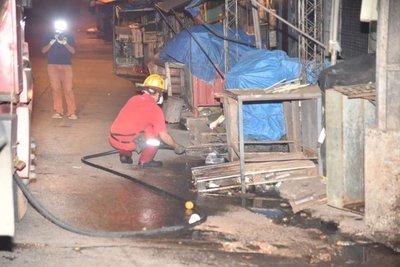 Desinfectan comercios y casillas del Mercado 4 para evitar propagación del COVID-19