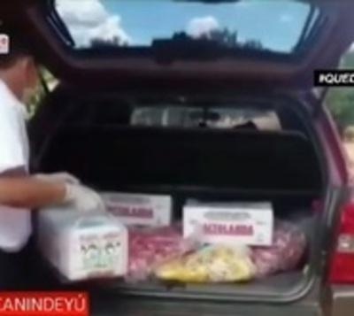 Profesor solidario entrega merienda casa por casa a sus alumnos