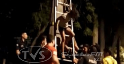 Joven subió a un árbol de eucalipto y fue rescatada por bomberos