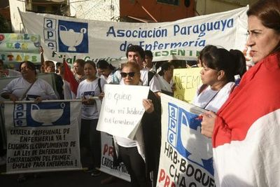 Asociación Paraguaya de Enfermería denuncia que profesionales no cobran salarios desde enero