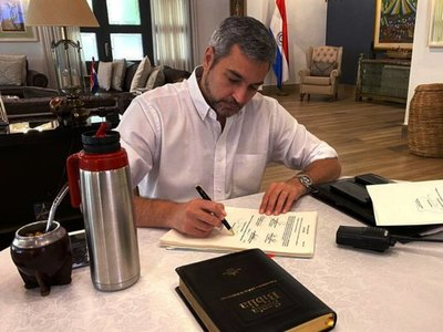 Abdo promulgó ley de emergencia y promete manejo transparente