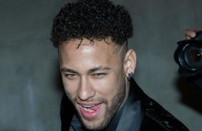 Polémica por unas fotos de Neymar en 'cuarentena' junto a un grupo de amigos