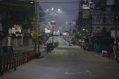 La mitad del mundo pasa el fin de semana confinado y asustado por la pandemia