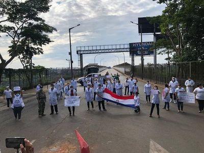Médicos esteños protestan en las calles contra plan de flexibilización de medidas