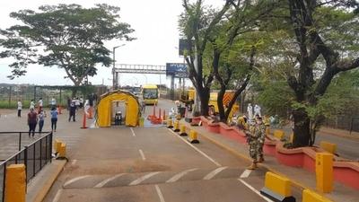 HOY / Llegaron los 155 paraguayos de Foz y cumplirán cuarentena en un cuartel