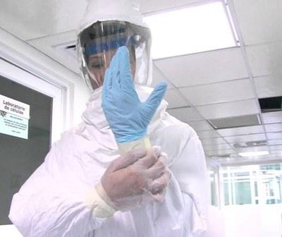 Voluntaria realiza trajes de bioseguridad para profesionales de blanco