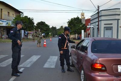 Policías y militares controlan las calles de San Juan Bautista, en Misiones