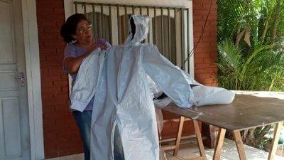 Covid-19: Costurera trabaja día y noche para abastecer a médicos con atuendos