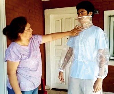 Modista confecciona trajes de protección contra el covid-19