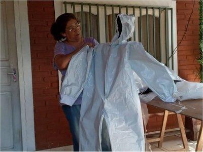 A full prepara trajes de protección a médicos