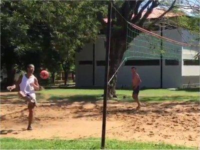 Ronaldinho apuesta al deporte para superar la cuarentena en prisión