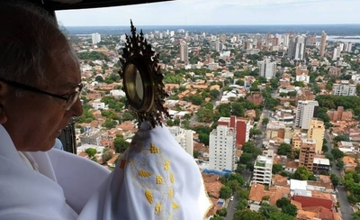 HOY / Arzobispo imparte bendición desde el aire para hacer frente a la pandemia de coronavirus