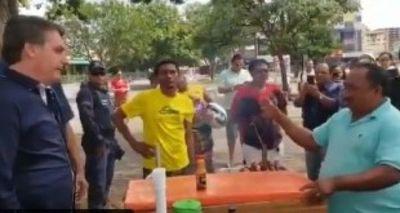 Bolsonaro se pasea por las calles y charla con vendedores sin tapabocas