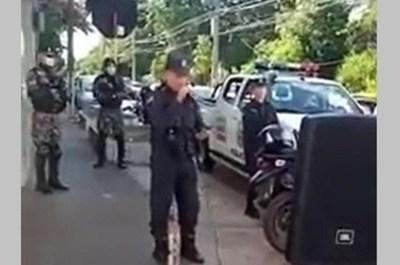 """""""Qué bonita es esta vida"""", la canción que el director de policía del Guairá interpretó en plena calle para agradecer el cumplimiento de la cuarentena"""