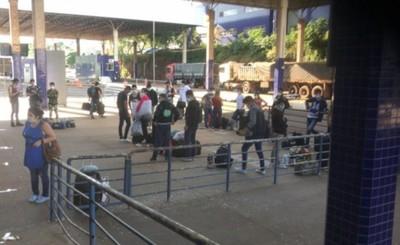 Otros 120 compatriotas esperan entrar por el Puente de la Amistad