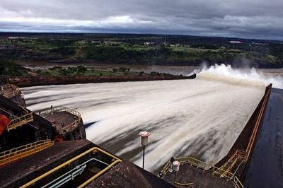 Sindicatos de Itaipú amenazan con paralizar hidroeléctrica por recorte de sueldos