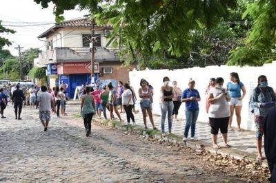 Covid-19: Larga fila de personas para adquirir kits de alimentos del MEC