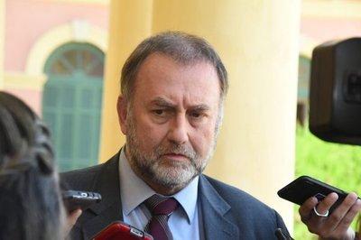 Ministro de Hacienda se contradice y da informaciones confusas sobre el descuento salarial a funcionarios