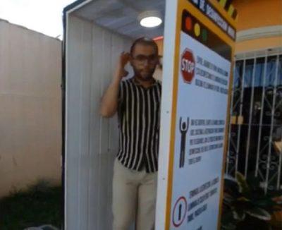 Crean cabina de desinfección móvil para personas