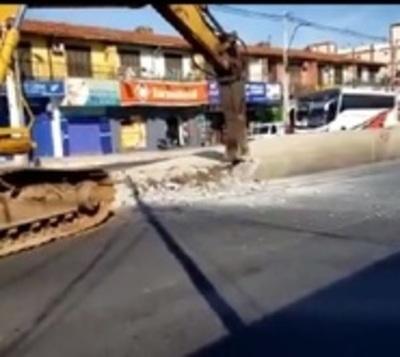 Inicia demolición de paradas del fallido metrobús
