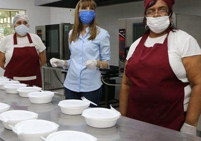 Brindan servicio de alimentos a personas en cuarentena