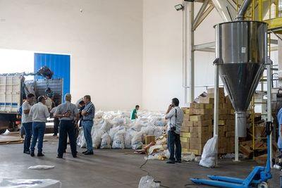 Gobierno Departamental también reparte víveres entre necesitados