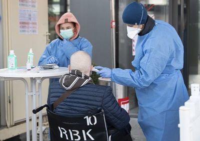 """Lo que los médicos aprenden """"al vuelo"""" del covid-19"""