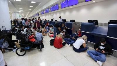 Son mil los paraguayos que quieren volver al país y muchos de ellos están esperando en aeropuertos