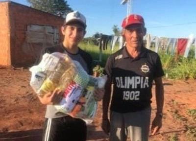 Adolescente festejó sus '15' repartiendo víveres entre los más necesitados