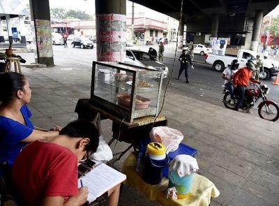 Vendedores, en la calle con sus hijos